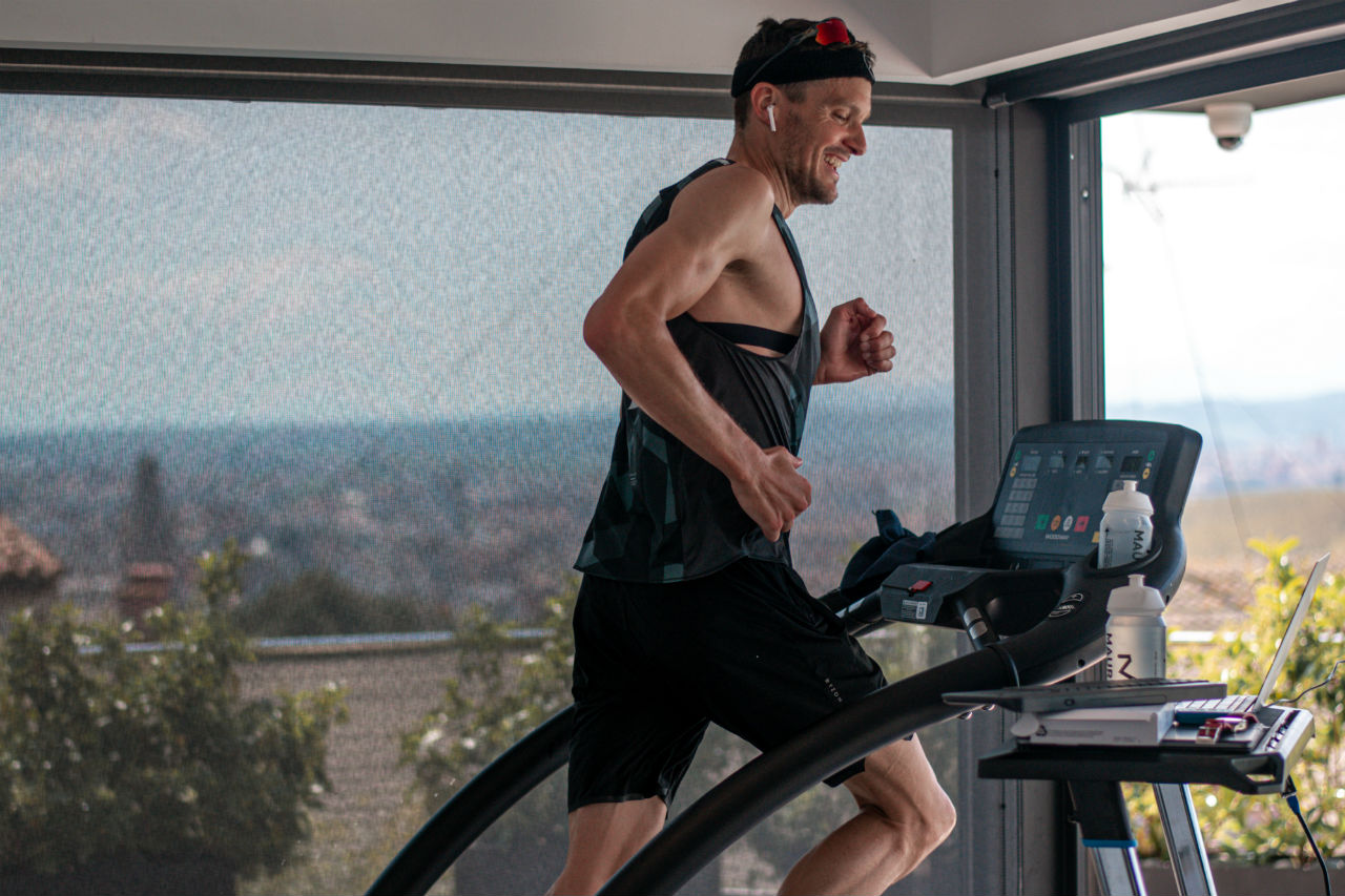 Embajador de Breitling realiza Ironman en casa