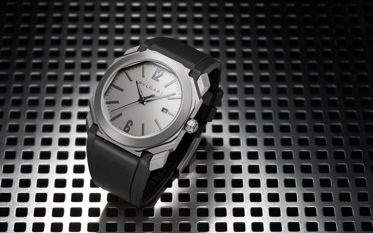 El nuevo reloj está hecho de titanio con un acabado mate que complementa  perfectamente el aspecto facetado. El titanio es un material excelente para  un ... abdd494f8b